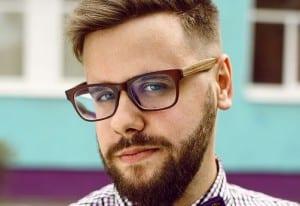 Hombre con barba postiza
