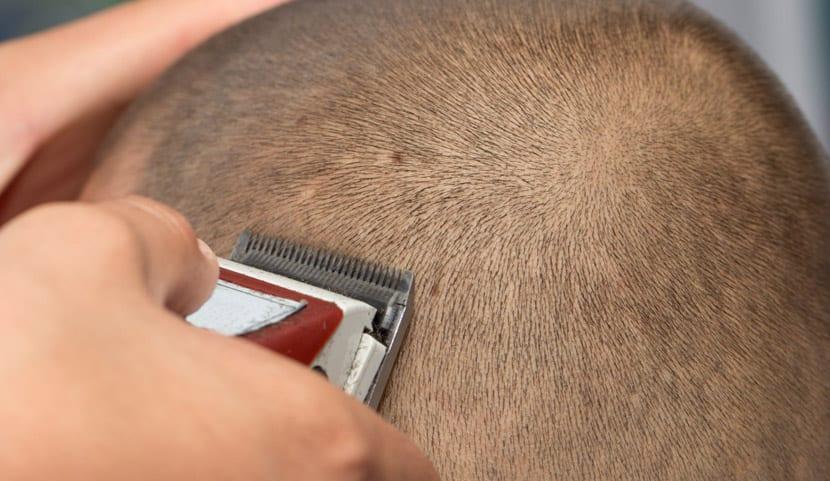 Cortándose el pelo con maquinilla eléctrica