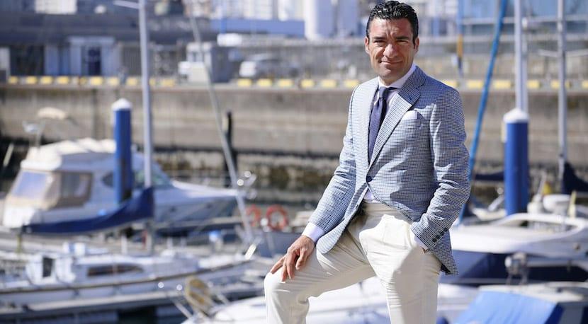 Homme avec un pantalon blanc