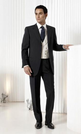 Un caballero de traje y corbata