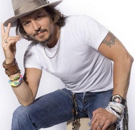 johnny depp posando con sombrero y joyas