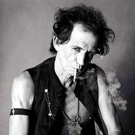 Fumando y posando para foto.