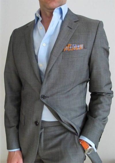 traje gris, camisa azul celeste