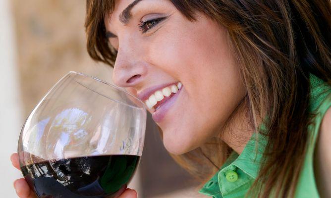 Despierta el deseo sexual de tu chica con una copa de vino tinto