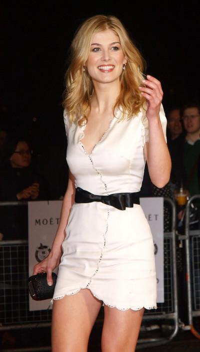 Rosamund Pike con vestido blanco