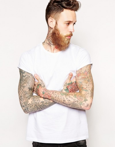 Camiseta de ASOS con las mangas remangadas