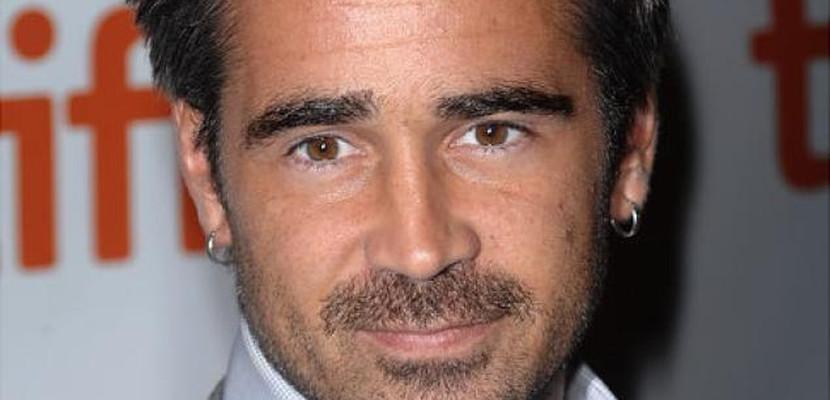 Colin Farrell con aros en la orejas