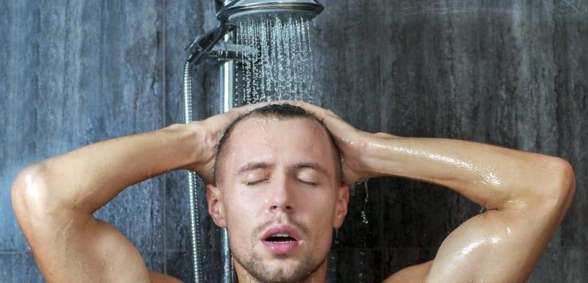 Hobre en la ducha