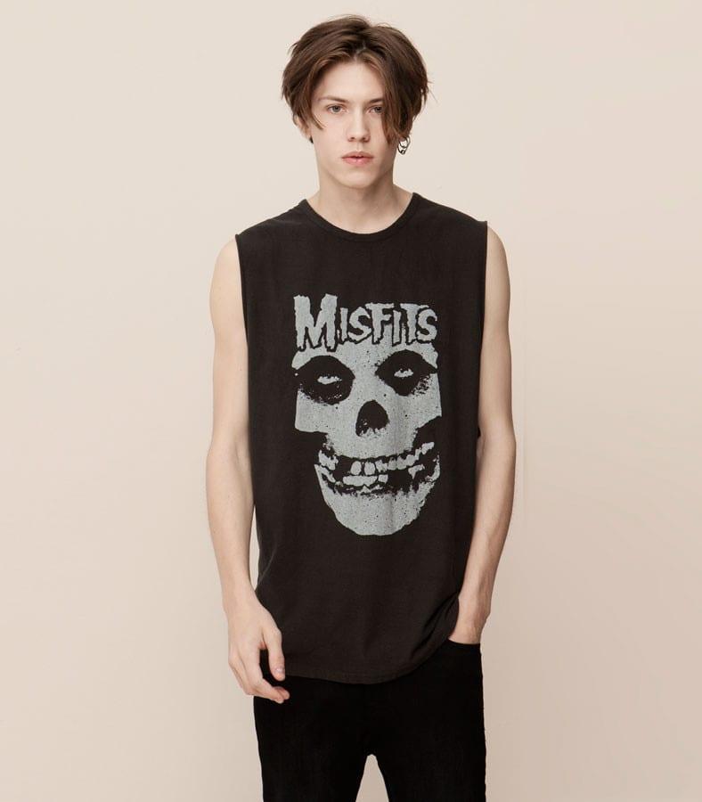 6ab344704d6 En otoño ya no hace tiempo para ir con camisetas sin mangas, como esta de  la banda Misfits, pero siempre tenemos la posibilidad de ponérnosla debajo  de una ...