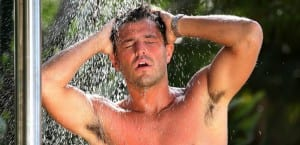 Hombre lavándose la cabeza