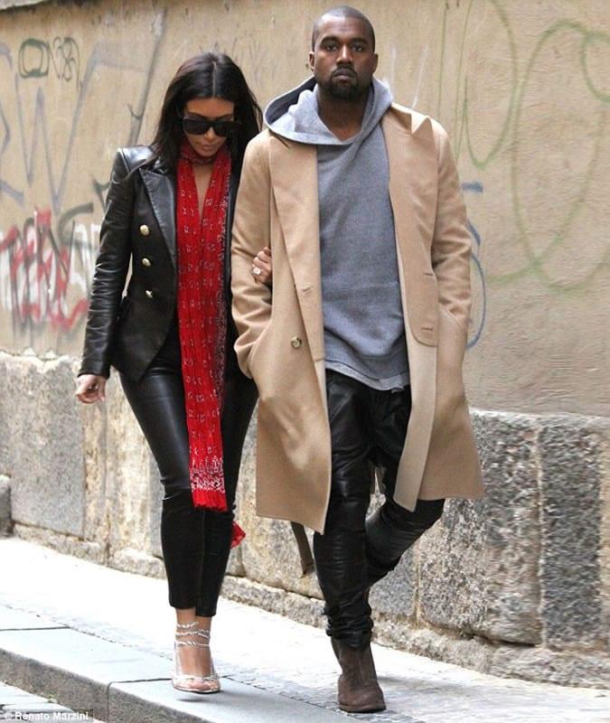 Kanye West con un camel coat