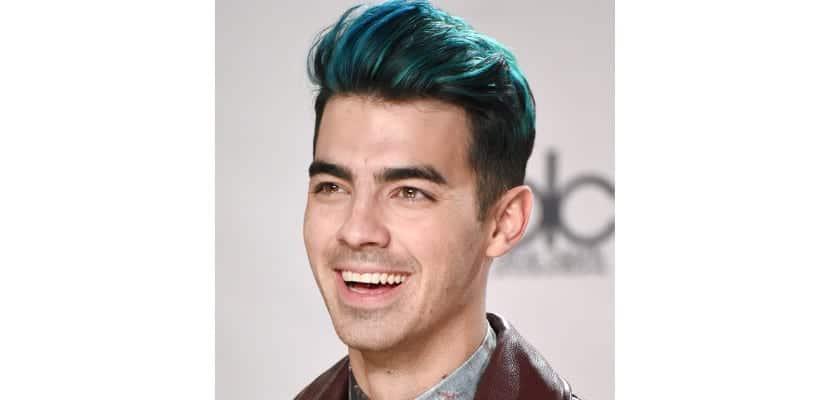 Joe Jonas con el pelo azul