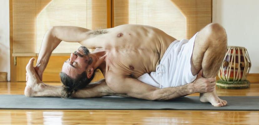 Hombre practica yoga