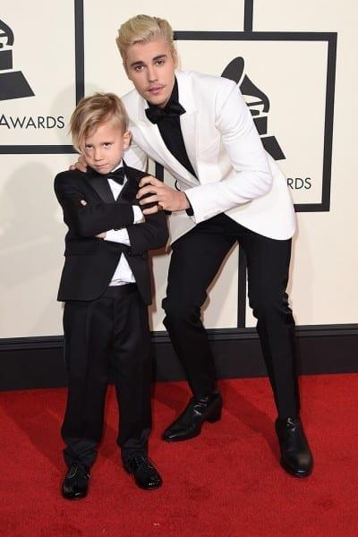 Hermanos Bieber en la alfombra roja de los Grammy 2016