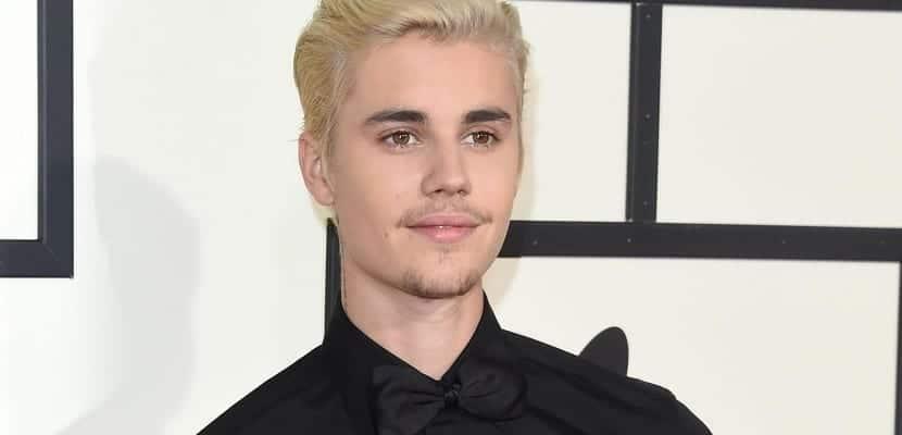 Justin Bieber en la alfombra roja de los Grammy 2016