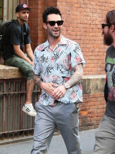 Adam Levine con camisa hawaiana