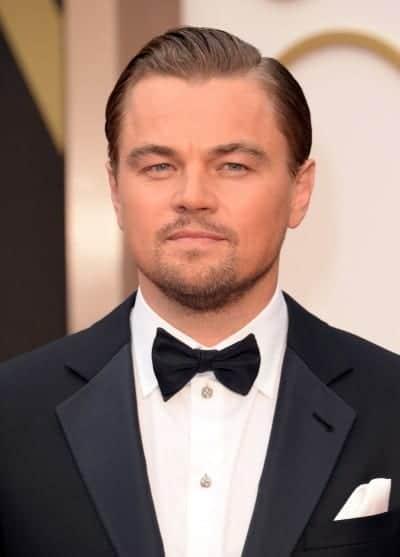 Leonardio DiCaprio peinado con la raya al lado