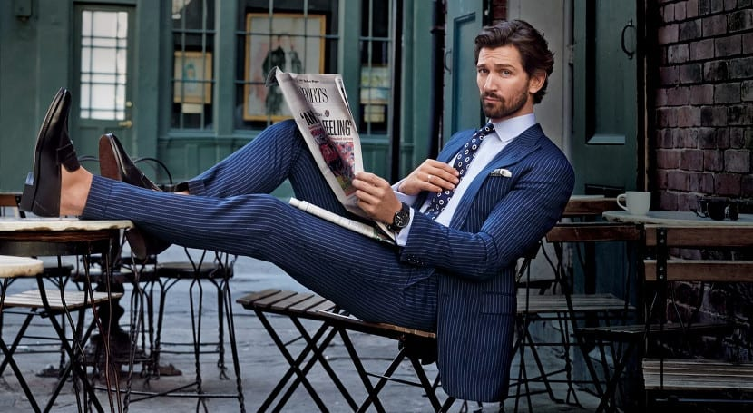 Michiel Huisman con traje azul en la revista GQ