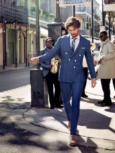 Michiel Huisman con traje azul