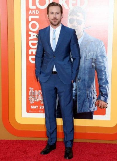 Ryan Gosling con traje azul