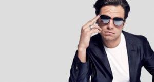 Sebastian Stan con gafas de sol