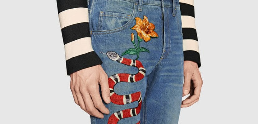 Jeans serpiente Gucci