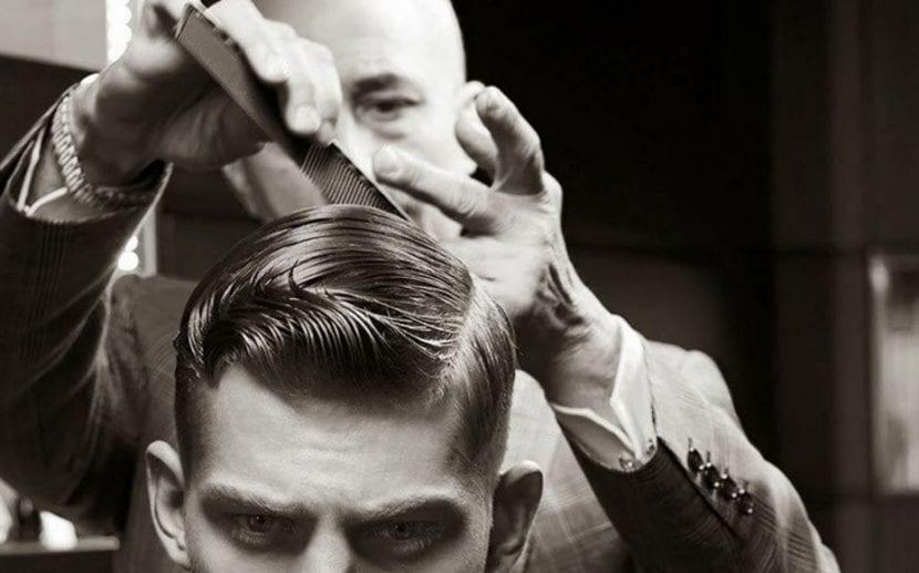 Hombre cortándose el pelo