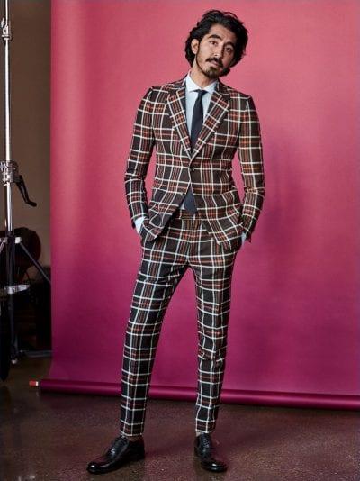 Dev Patel con traje de cuadros
