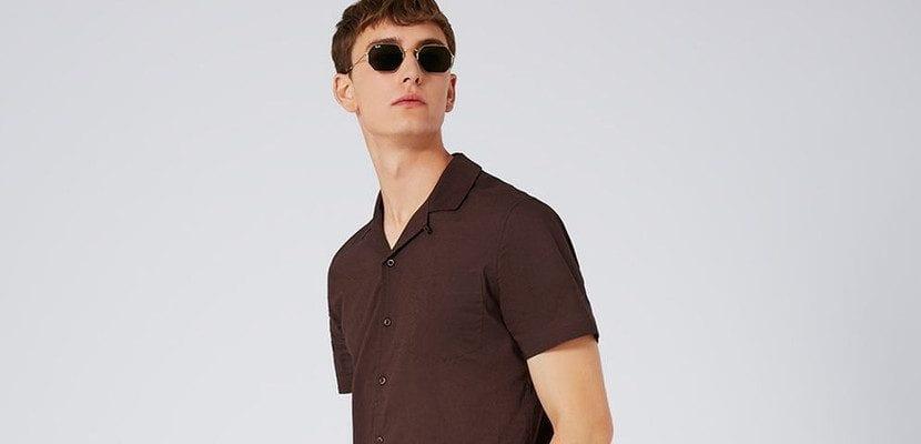 Camisa con cuello abierto