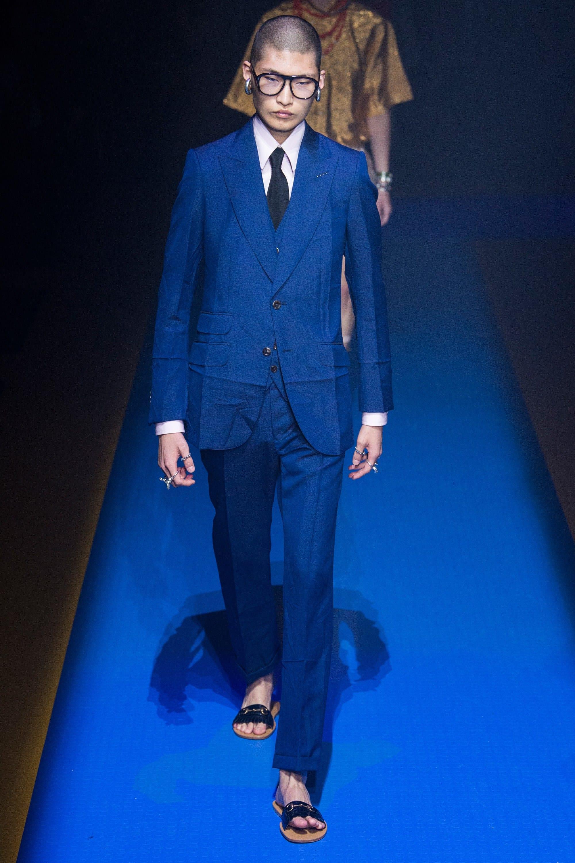 ddde76a663900 La sastrería tiene un gran peso en la propuesta para la próxima primavera  de Gucci. Michele sigue la tendencia de los trajes relajados