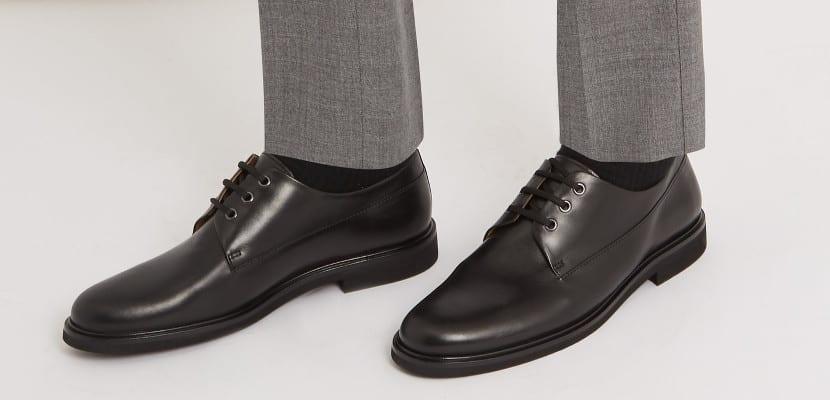 Calcetines negros con zapatos Derby