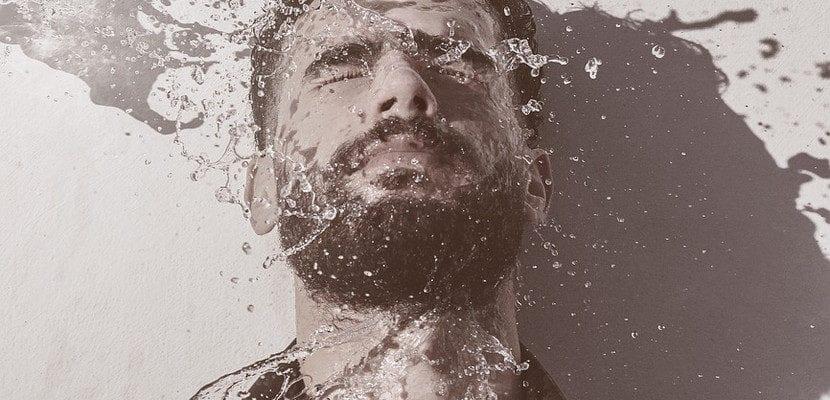 hombre con piel seca lavándose la cara