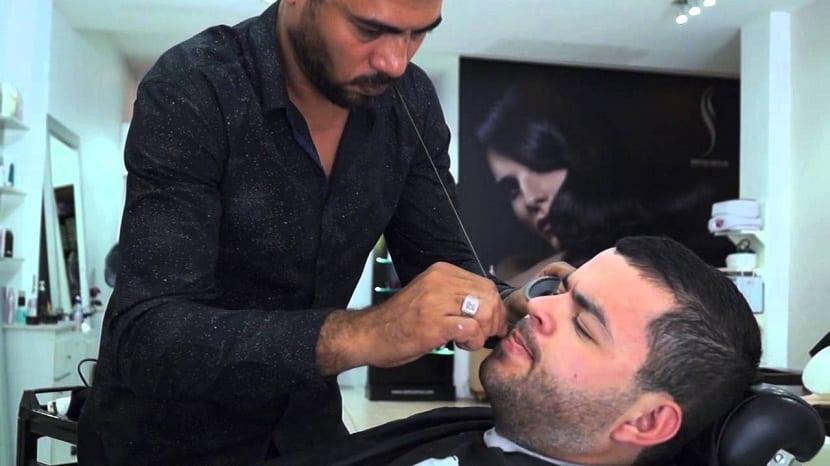 Depilación de la barba con hilo