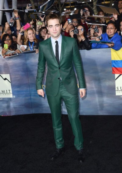 Robert Pattinson con traje verde