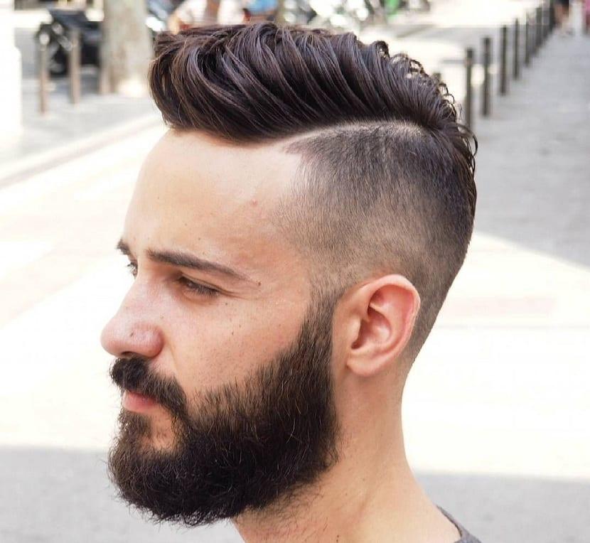 Peinado moderno para hombre raya al lado