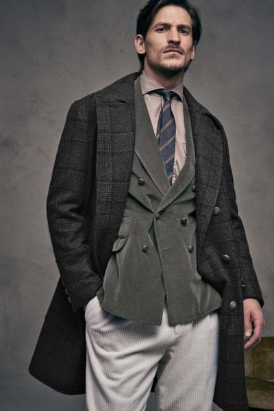 Abrigo de cuadros y corbata de rayas