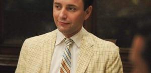 Traje de cuadros con corbata de rayas