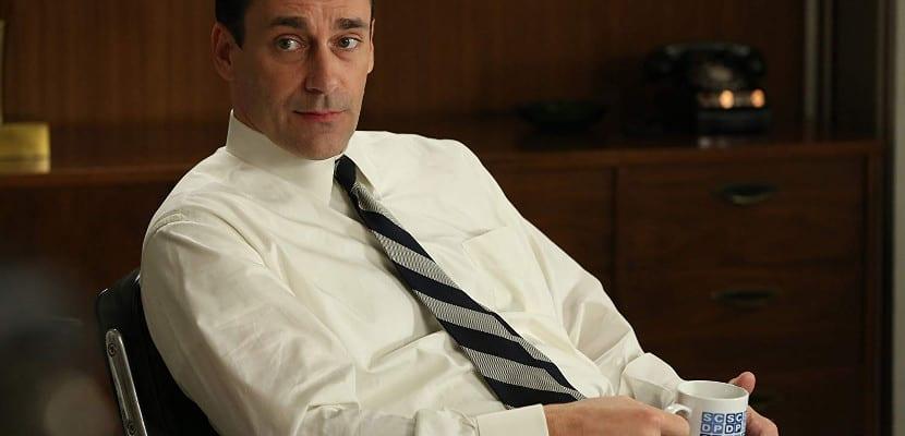 Don Draper con camisa y corbata