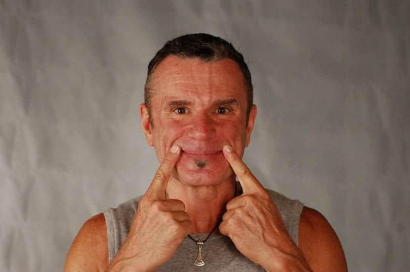 Hacer ejercicios faciales