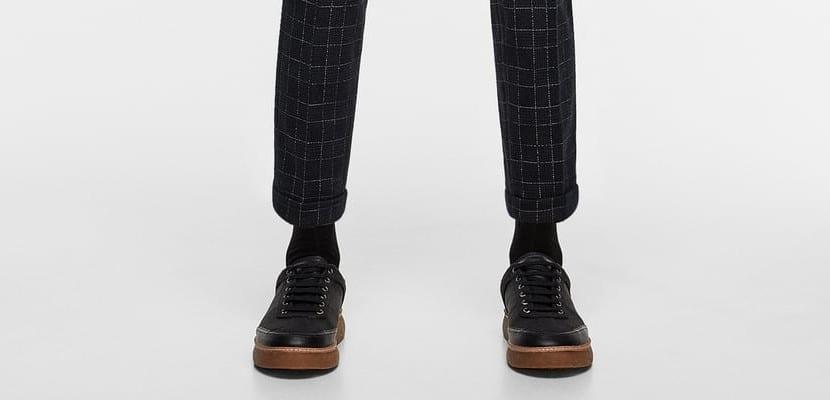 Traje y zapatillas
