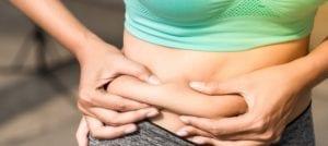 """Para la gente que comienza la operación bikini y que quiere perder grasa, lo primero que hace es restringir la dieta a unos pocos alimentos """"saludables"""" y se compra los llamados quemadores de grasa. Hay infinitud de tipos de quemadores de grasa y cada uno dice actuar sobre alguna parte del movimiento de las grasas del tejido adiposo. Sin embargo, ¿cuántos de ellos son realmente útiles? Nos podemos dar cuenta que la industria del fitness nos bombardea con suplementación y productos que nos hacen maravillas en el cuerpo y nos olvidamos de centrarnos en las bases. En este artículo vamos a explicaros cuáles son los mejores quemadores de grasa y que realmente actúan bien en el organismo. Qué hace un quemador de grasa Lo primero que hay que saber, es que un suplemento no hace por sí solo el trabajo de eliminar la grasa corporal. Esto no es así. Se necesitan una buenas bases de alimentación y ejercicio para ello. Lo primordial es estar en un déficit calórico. Es decir, consumir menos calorías de las que gastamos a lo largo del día. Si este déficit calórico se mantiene en el tiempo, comenzará a tener lugar la pérdida de grasa. Por otro lado, este déficit hay que apoyarlo con un entrenamiento de pesas. Nuestro cuerpo tiende a eliminar el músculo ya que éste es costoso energéticamente. Si no le damos al cuerpo una razón para mantener la masa muscular, el cuerpo eliminará el músculo y no la grasa. Por ello, es fundamental conseguir primero tener una dieta adecuada que te haga estar en un déficit calórico y segundo, acompañarlo con un entrenamiento de fuerza. Si perdemos masa muscular y no grasa, notaremos a nuestro cuerpo más flácido y con un tono muy delgado. Por último, en las etapas más avanzadas de la pérdida de grasa, donde se hace mucho más difícil avanzar, sí puede ser interesante introducir en nuestro día a día suplementación basada en quemadores de grasa. Pero quemadores de grasa reales y que funciones. Muchos suplementos, sobre todo lo termogénicos, dicen elevar la t"""