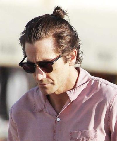 Jake Gyllenhaal con peinado samurái