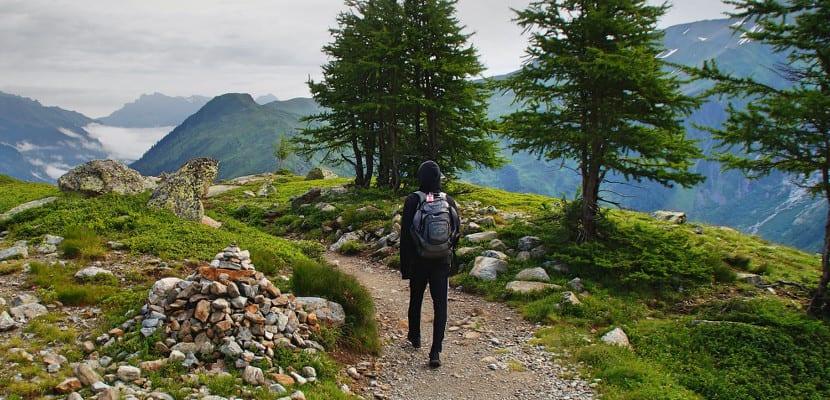 Hombre caminando por el campo