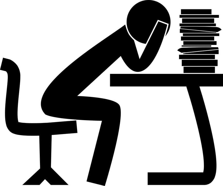 Persona fatigada en la oficina