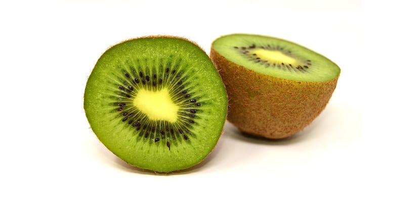 Kiwi en dos mitades