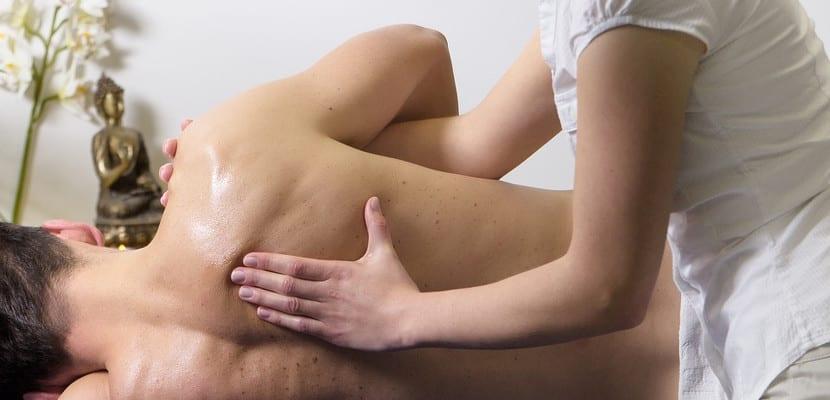 Hombre recibiendo un masaje