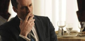 Don Draper, de la serie 'Mad Men', fumando