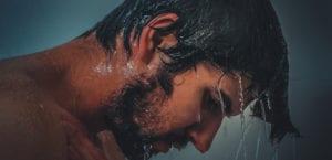 Hombre en la ducha