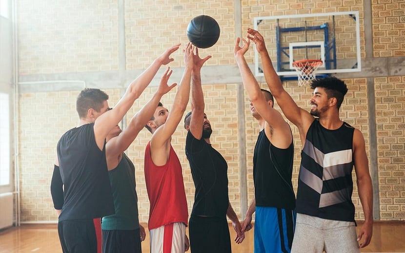 """De siempre sea dicho que practicar algún tipo de deporte es bueno para la salud tanto física como mental. Para muchas personas hacer deporte es algo obligatorio o se tiene que hacer forzado dado que tiene un modo de vida sedentaria. El ejercicio físico mejora la función mental, la autonomía, la rapidez, y la sensación de bienestar general que nos ayuda a tener tan tuvo mayor salud como mejor imagen. En este artículo vamos a explicarte cuáles son los beneficios del deporte. Deporte y estilo de vida Para muchos el deporte forma parte de su estilo de vida. Hay quienes practican fútbol, baloncesto , tenis o simplemente saben a correr o les gusta algunas disciplinas como el Crossfit o el levantamiento de pesas. Hay quienes piensan que los que están en el gimnasio para ganar masa muscular o perder de grasa no hacen deporte. Sin embargo, son disciplinas que ayudan a la mejora del rendimiento físico, mental y a obtener el objetivo que te propones. Objetivos saludables como el de ganar masa muscular, mejorar en rendimiento deportivo, mejorar en resistencia física, en fuerza o perder la grasa que nos sobra.  También hay quienes, simplemente, van al gimnasio para """" estar en forma"""". El ejercicio físico se debe de realizar mediante programas de actividad planteadas previamente. Uno no puede comenzar a entrenar o practicar un deporte sin ninguna planificación alguna. Si por ejemplo te has decidido a ganar masa muscular en el gimnasio, debes planificar tanto tu dieta como tu entrenamiento. Existen miles de variables a tener en cuenta para adaptar la planificación a tu nivel y a tu objetivo. Si eres principiante, debes entrenar con un volumen, intensidad y frecuencia que se adapte a tu capacidad de respuesta y recuperación. Por ello, los entrenadores personales hacen un buen papel en este ámbito. En la interacción que se realizará entre el cuerpo con el espacio y el tiempo a través del movimiento se pueden construir numerosos aprendizajes el ser humano. Este aprendizaje se va consi"""