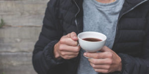 Hombre bebiendo té